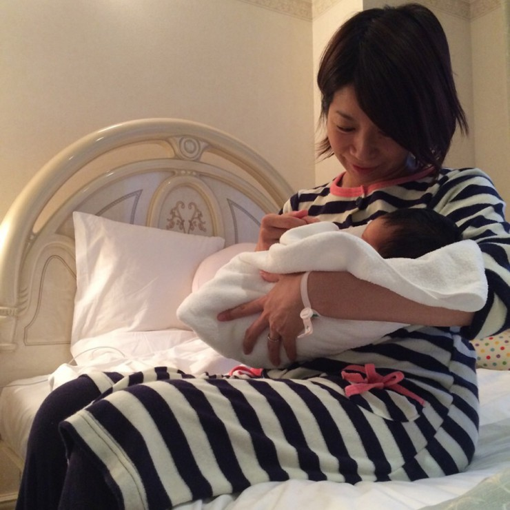 第1子出産直後の三倉佳奈さん